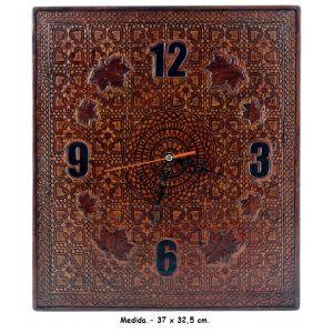 Reloj de pared en cuero artesanal.